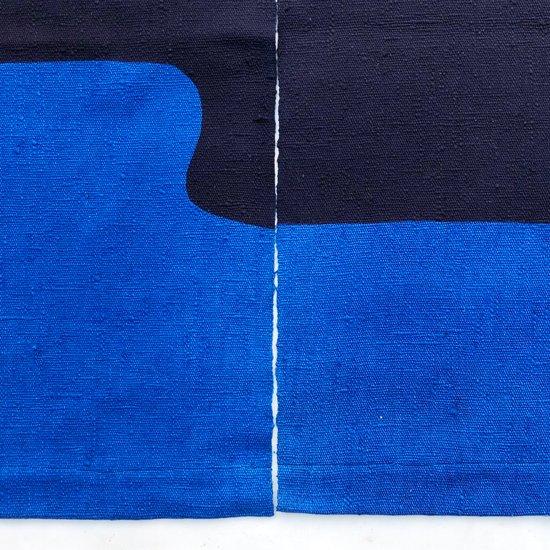 山内染色工房: のれん『山に裾雲波』/ 青 × 濃紺