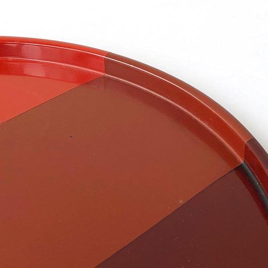 3色の塗分の意匠がモダンな古い漆器の丸盆
