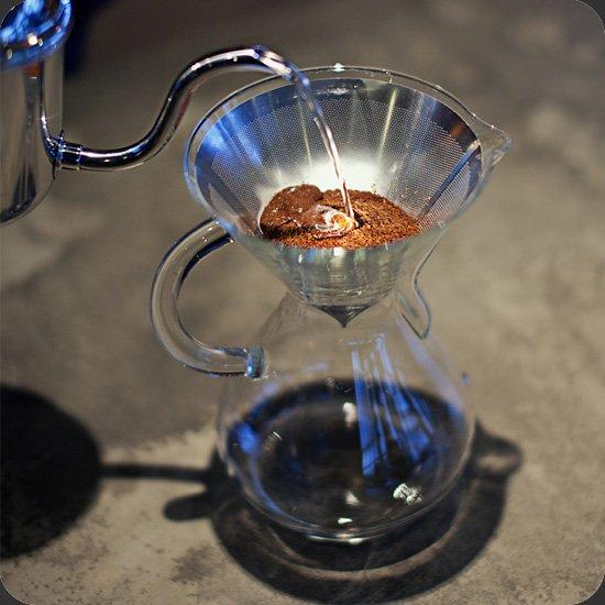 紙のフィルターよりも弱冠水分を早く通すことで、豆の持つ渋味や雑味を拾わず落ちるためすっきりとした風味のコーヒーを入れることができます