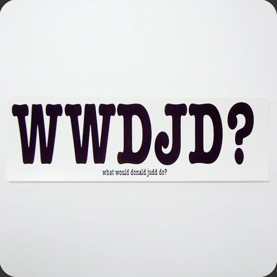 2001年にArt World誌に掲載された特集、「What Would Donald Judd Do?」の記事に感銘を受けた個人によるステッカー