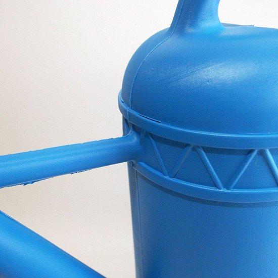 量生産される製品の粗い部分や無駄のないデザインが特徴的
