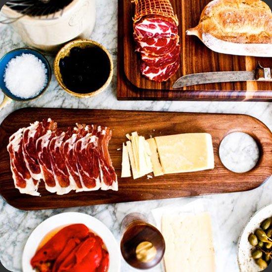 生ハムやチーズをのせて楽しい食卓に