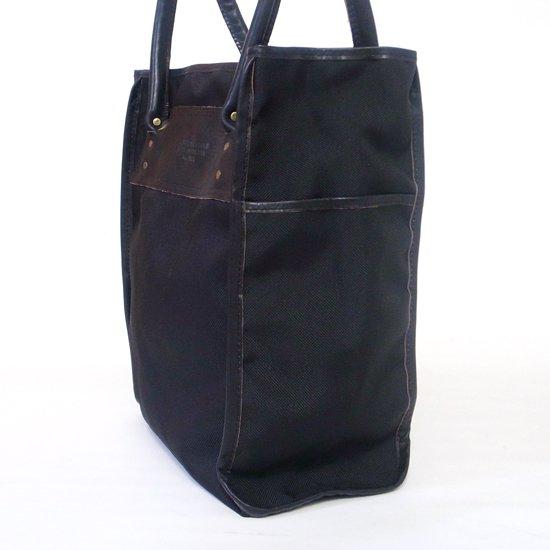 サイドのポケットには、小さなギア、サングラスやワインボトルなどの収納に適しています。