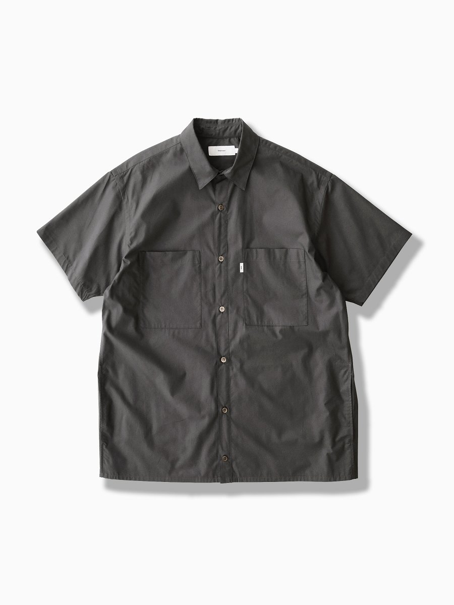 BRAND : Graphpaper<br>MODEL : STRETCH TYPEWRITER S/S BOX SHIRT<br>COLOR : GRAY