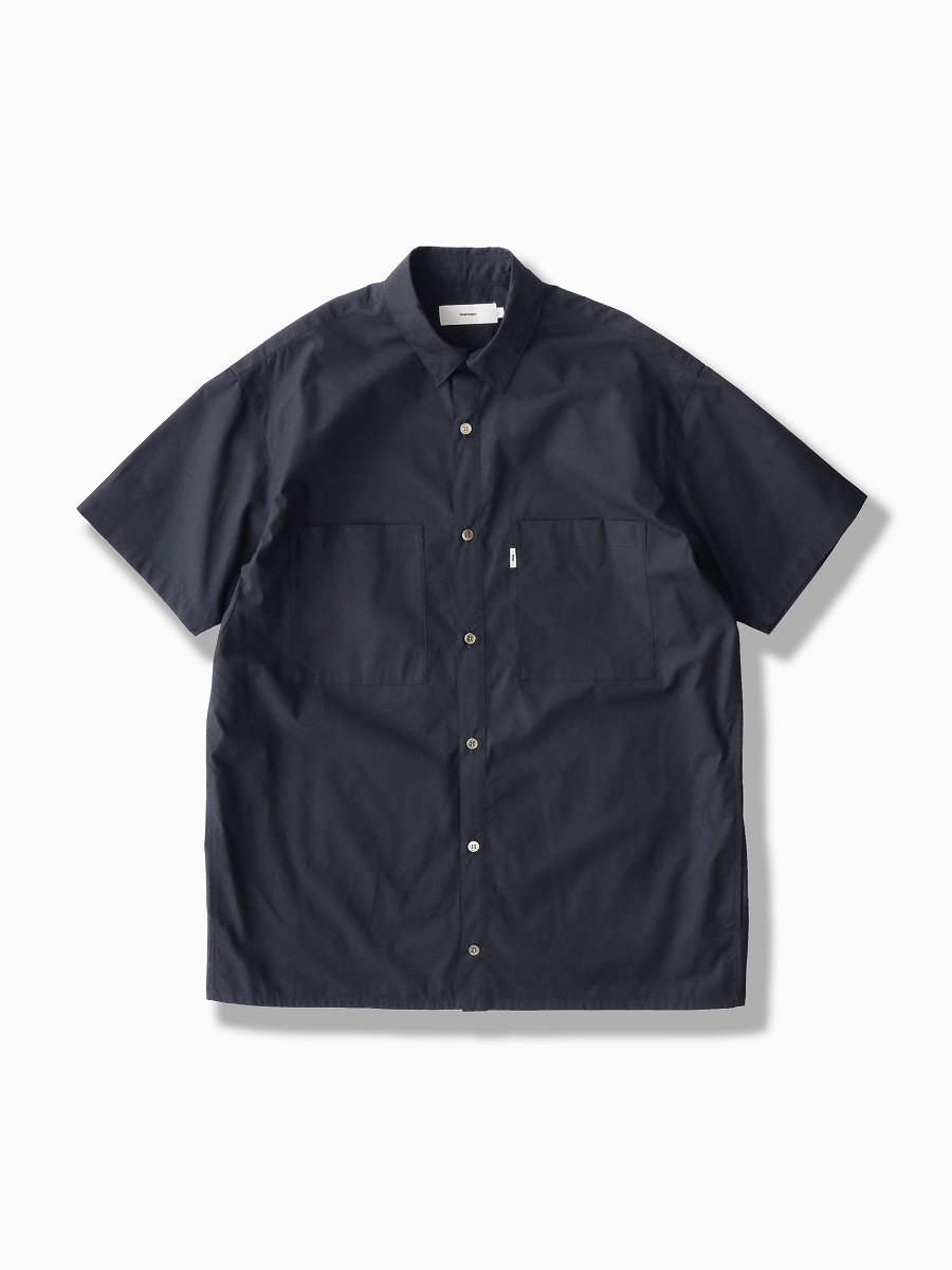 BRAND : Graphpaper<br>MODEL : STRETCH TYPEWRITER S/S BOX SHIRT<br>COLOR : NAVY