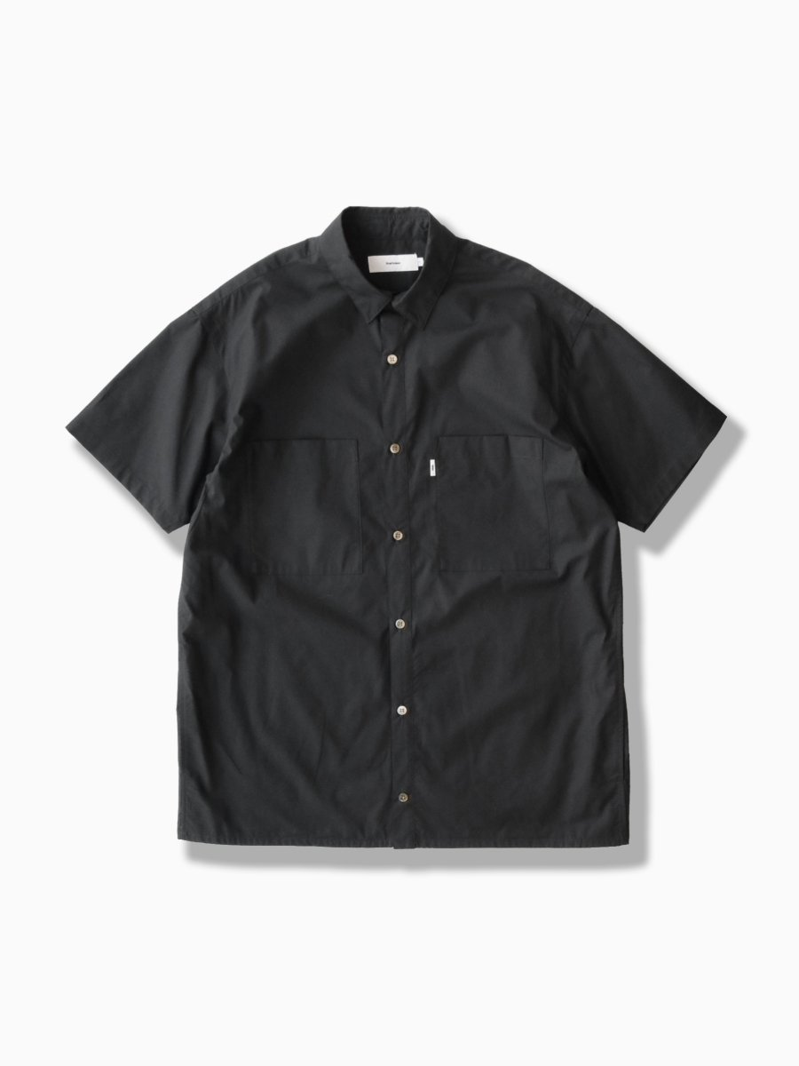 BRAND : Graphpaper<br>MODEL : STRETCH TYPEWRITER S/S BOX SHIRT<br>COLOR : BLACK