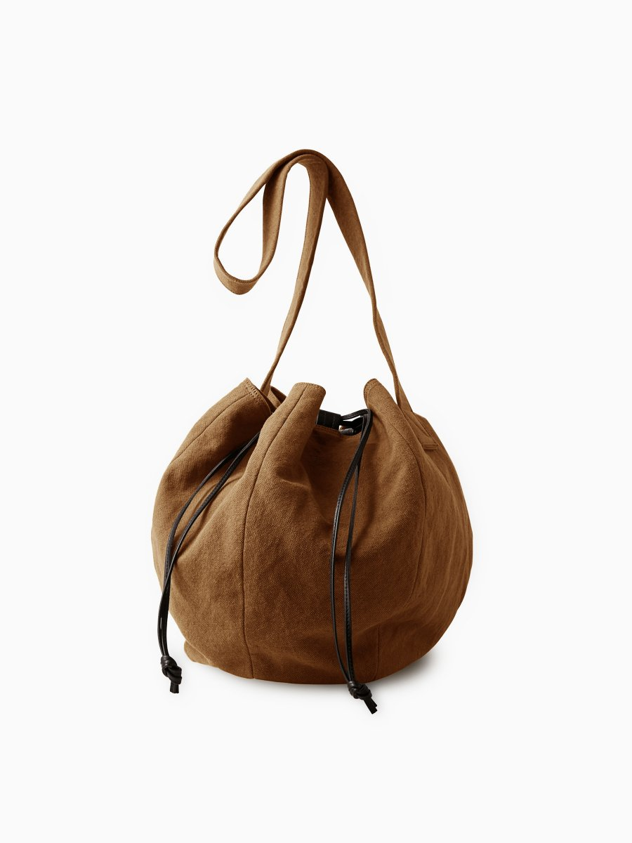 BRAND : PHIGVEL<br>MODEL : DRAWSTRING BAG L<br>COLOR : KHAKI BROWN