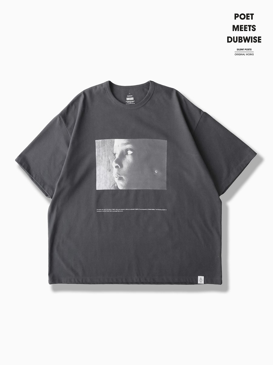 BRAND : Graphpaper<br>MODEL : Poet Meets Dubwise for GP JERSEY S/S TEE SUN<br>COLOR : GRAY