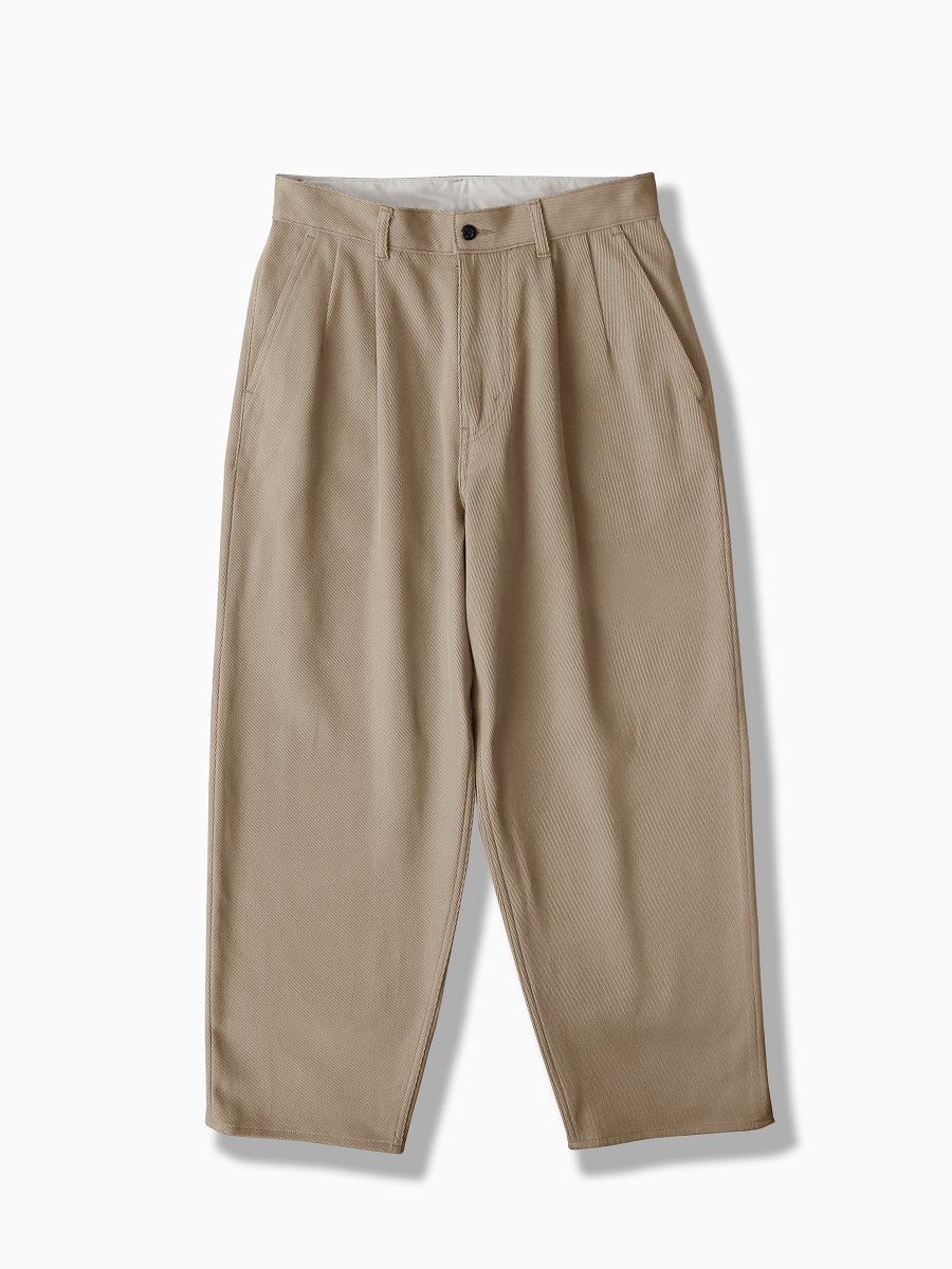 BRAND : Graphpaper<br>MODEL : HARD TWILL TWO TUCK PANTS<br>COLOR : BEIGE