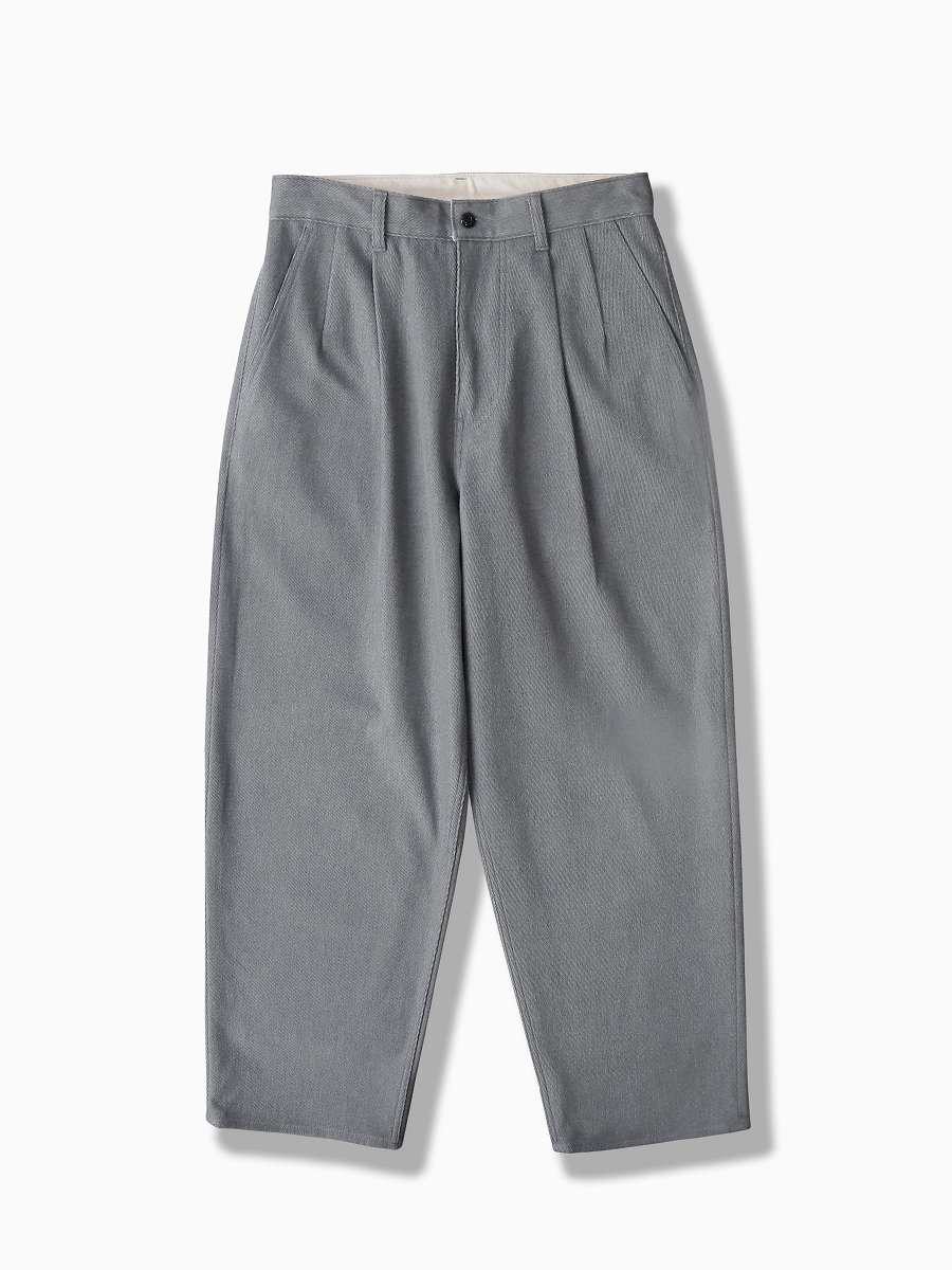 BRAND : Graphpaper<br>MODEL : HARD TWILL TWO TUCK PANTS<br>COLOR : H.GRAY