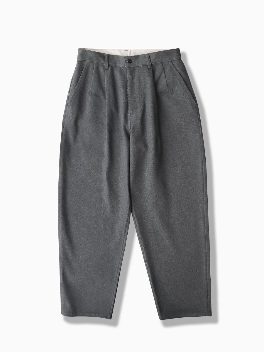 BRAND : Graphpaper<br>MODEL : HARD TWILL TWO TUCK PANTS<br>COLOR : C.GRAY