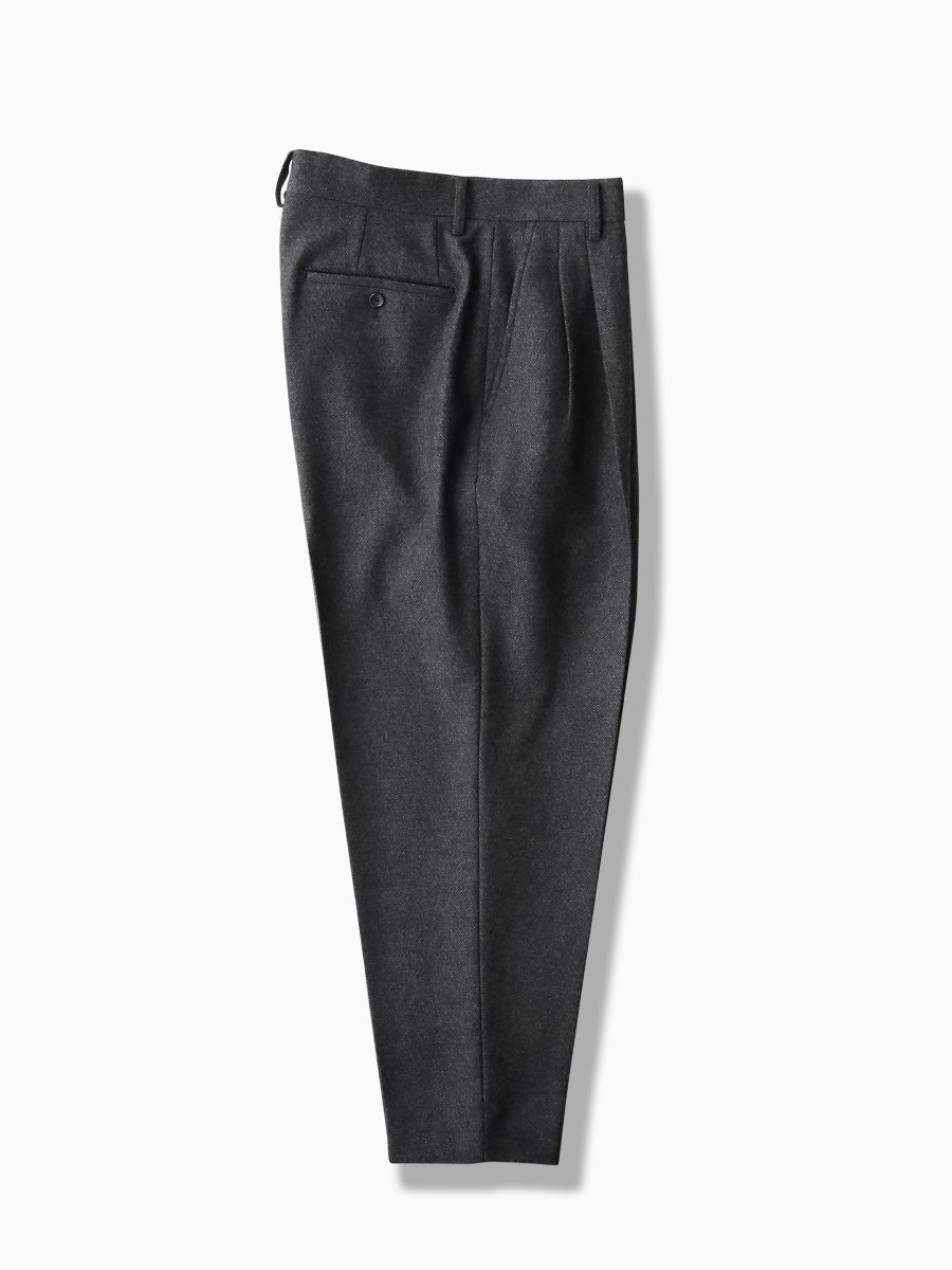 BRAND : Graphpaper<br>MODEL : GENTLY WOOL TWO TUCK TROUSERS<br>COLOR :  GRAY