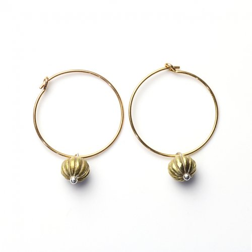 YUKO SATO / スグリの実ループピアス - 真鍮