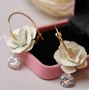 白いお花とキラキラダイヤカットピアス