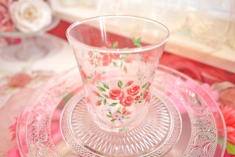 キレイなガラスタンブラー 赤いバラのイラストが浮かびます