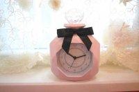 愛らしい香水瓶のデザインに上品なピンクの卓上時計