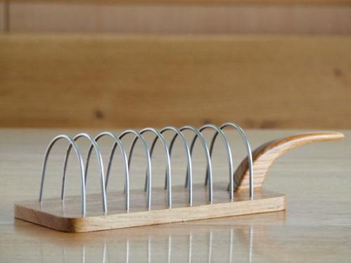 スウェーデンでみつけたKarl Holmberg社/チークのトーストスタンド(ハンドル付)