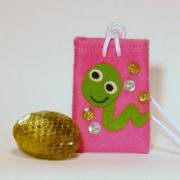 【送料無料】運気を変えるヘビの抜け殻のお守り&お守り袋セット(中ピンク)