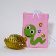 【送料無料】運気を変えるヘビの抜け殻のお守り&お守り袋セット(うすピンク)