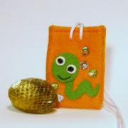 【送料無料】運気を変えるヘビの抜け殻のお守り&お守り袋セット(濃いオレンジ)