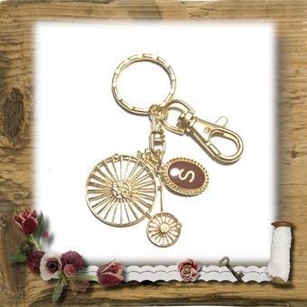 """【E*Necolle】ゴールドカラークラッシック自転車のイニシャルキーホルダー""""S"""""""