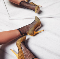 <img class='new_mark_img1' src='https://img.shop-pro.jp/img/new/icons11.gif' style='border:none;display:inline;margin:0px;padding:0px;width:auto;' />London Fishnet Ankle Boot In Black Yellow Suede