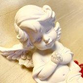 手を合わせ祈る天使