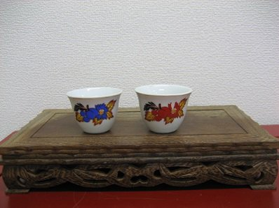 茶杯の2個セット 赤と青のノスタルジックな花柄の茶杯です。