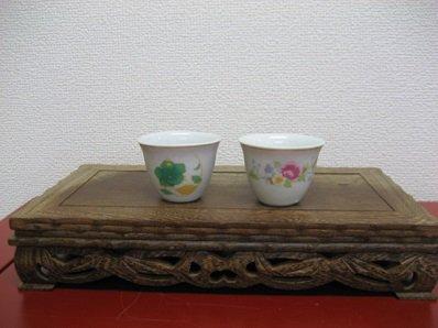 茶杯の2個セット 緑とピンクの花柄のノスタルジックな花柄の茶杯です。