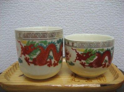 茶杯の2個セット 龍の柄のおでたいお茶セットです。