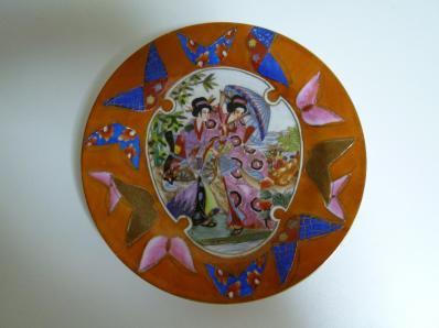 女性と蝶柄の皿