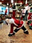 クリスマス ヨガ サンタ  三角のポーズ ヨガ教室 ヨガグッズ ヨガサンタ