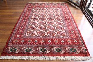 ブハラ絨毯 柔らかな質感と明るい色使い 約208x138cm