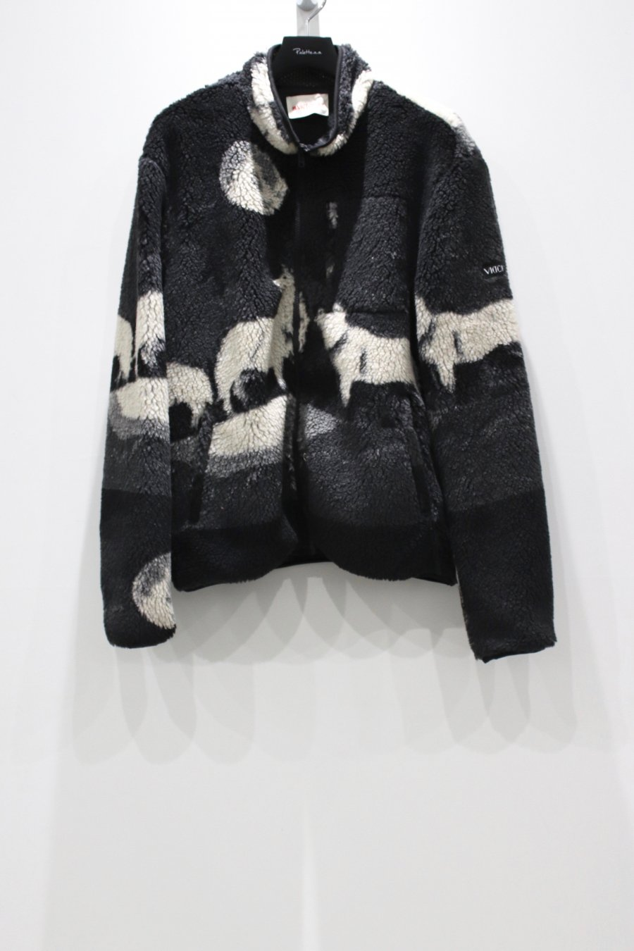 VICTORIA  WOLVES HIGH PILE FLEECE<img class='new_mark_img2' src='https://img.shop-pro.jp/img/new/icons15.gif' style='border:none;display:inline;margin:0px;padding:0px;width:auto;' />