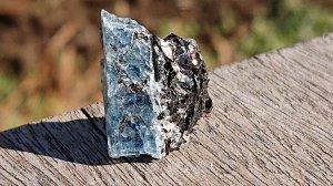 カレリア産 カイヤナイト原石 カイヤナイト&マイカ&ガーネット&アルバイト共生カレリア共和国産