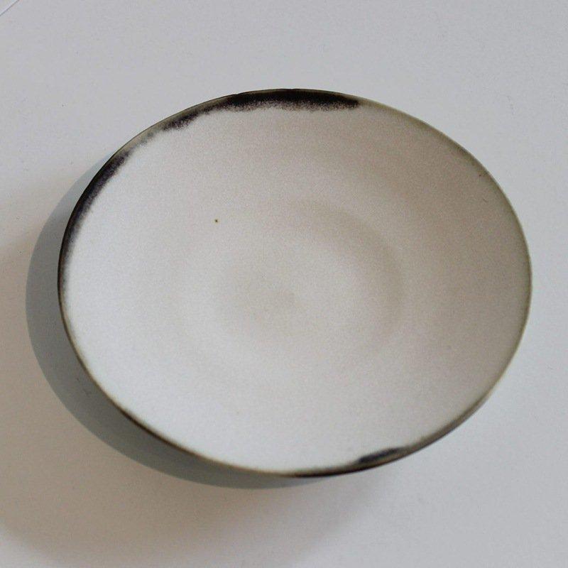 小林千恵 黒釉縁皿 ホワイト