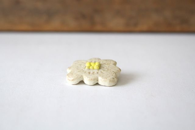 ブローチ ホワイト 陶器 harasawa ayaka 画像2