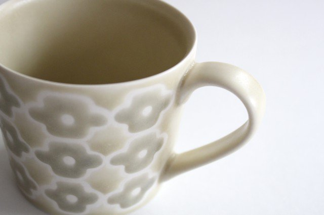 マグカップ グレーフラワー 磁器 すこし屋 砥部焼 画像2
