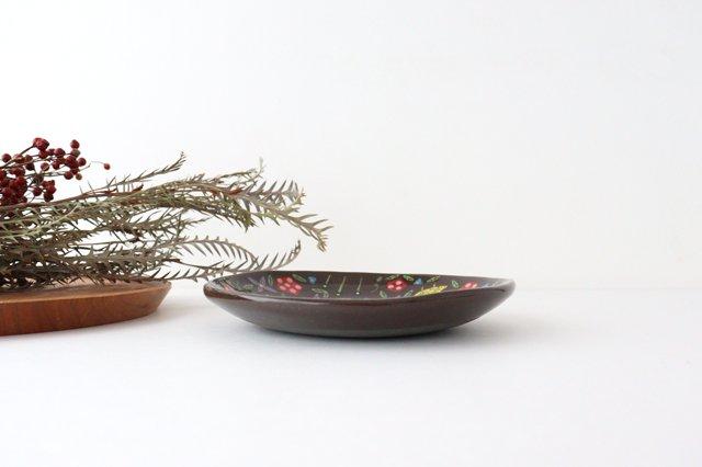 【一点もの】黒土色絵付け丸皿 陶器 工房双子堂 やちむん 画像4