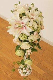 八重咲きユリとバラのキャスケードブーケ