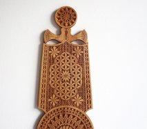 ve006 リトアニア 伝統工芸の壁飾り Verpste ベルプステ 茶ベース 中 49cm