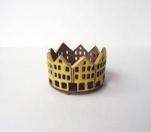 ch015 リトアニア キャンドルハウス 王冠みたいなギザギザ屋根の建物