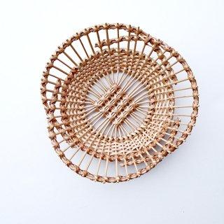 bs016 リトアニアのかご 透かし編みが美しい手編みかご 少し変わった形の平たいかご