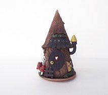 ch028 リトアニア キャンドルハウス きのこニョキニョキ 木をくりぬいて作ったみたいな山小屋