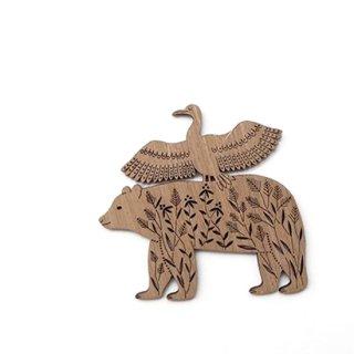 or339 リトアニア EtnoDesignエトノデザイン 木製オーナメント クマの上で羽根を広げる水鳥