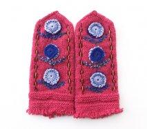 mt143 リトアニア 花刺繍の手編みミトン 幅10.5cm×長さ25cm コーラルピンクベース ブルーのお花
