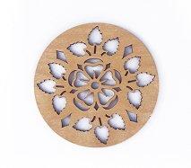 co090 リトアニア木製コースター「お花の周りに葉っぱが添えられた柄」