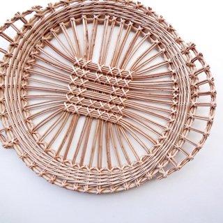 bs024 リトアニアのかご 透かし編みが美しい手編みかご チョコンとした持ち手の立ち上がりがかわいい少し大きめサイズ