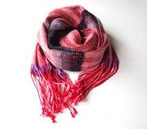 リトアニア 手織りのウールマフラー ぐるぐる巻けるロングタイプ ピンク