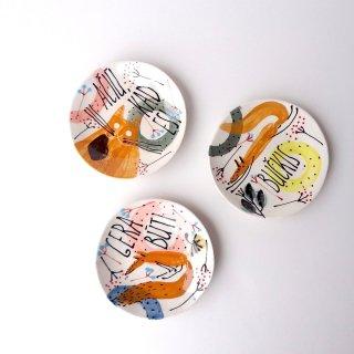 sc012 リトアニア 手びねりの形とラフな手書きイラスト 味のある陶器 プレート小 11.5cm